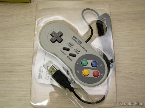 Tirando o Gamepad de Super Nintendo (SNES) para PC Buffalo (Super Nintendo Famicom SNES Gamepad for PC (PC) (BUFFALO)) de sua embalagem