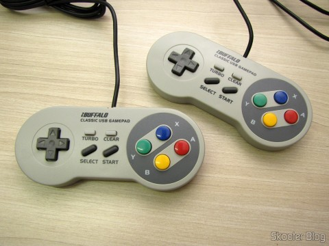 Os dois Gamepads de Super Nintendo (SNES) para PC Buffalo (Super Nintendo Famicom SNES Gamepad for PC (PC) (BUFFALO))