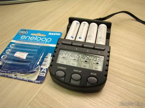 Pilhas Recarregáveis AA NiMH 1.2V 1900mAh Sanyo Eneloop Genuínas, sendo testadas no  Carregador de Pilhas La Crosse Technoly Alpha Power BC1000