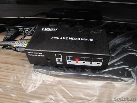 Matriz HDMI 1080p LINK-MI LM-MX03 - 4 Entradas / 2 Saídas (LINK-MI LM-MX03 1080p HDMI Matrix - Black (4-In / 2-Out)) em funcionamento