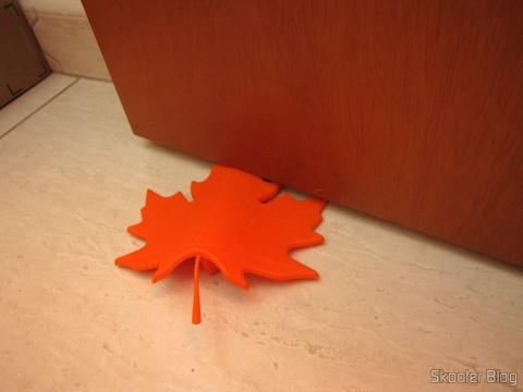 Para-Portas Estilo Folha de Maple Laranja (Maple Leaf Style Door Stopper Guard - Orange), sendo utilizado