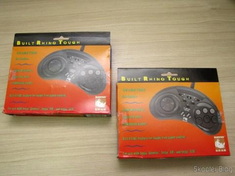 Os dois Controladores de 6 Botões ASCII 'Rhino' para Mega Drive (NEW Sega Genesis 6 Button RHINO PAD controller control) em suas respectivas embalagens lacradas