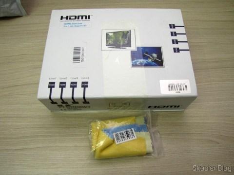 Switch HDMI c/ Controle Remoto LINK-MI LM-SW04 1080p 3D 5 entradas p/ 1 saída (LINK-MI LM-SW04 1080P 3D 5 in 1 out HDMI Switch w/ Remote Control - Black) e Pacote com 6 Tecidos de Limpeza para Telas e Vidros em Cores Sortidas (Microfiber Screen and Glass Cleaning Cloths (Random Colors / 6-Pack))