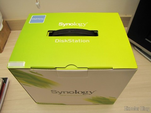 Synology America DiskStation 2-Bay Diskless Network Attached Storage (DS214play) em sua embalagem