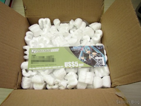 Abrindo a caixa da Play-Asia com a Playstation Move Charging Station, cupom de US$ 5,00 para a próxima compra