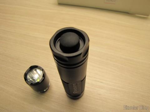Uma das 3 Lanternas Romisen Cree RC-R5 XP-G R5 300 Lumens 3 Modos, Preta, bateria AA ou 14500 (Romisen RC-R5 Cree XP-G R5 300-Lumen 3-Mode White Flash Light – Black (1 x AA / 1 x 14500))