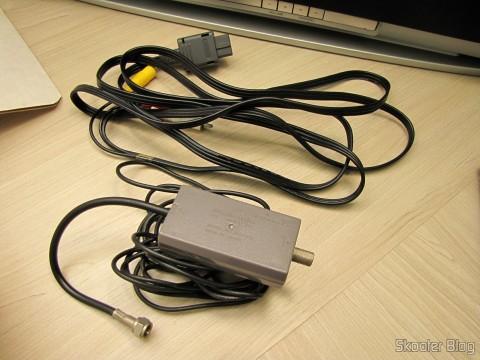 Cabo de áudio e vídeo e comutador de RF que acompanham o Super Nintendo