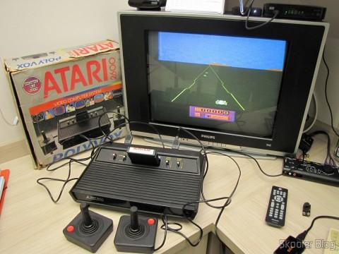 Atari 2600 em funcionamento, com o jogo Enduro da Activision