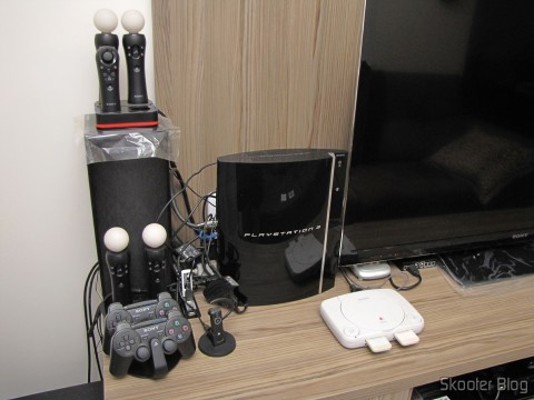 À esquerda da TV: Playstation 3 e Playstation One