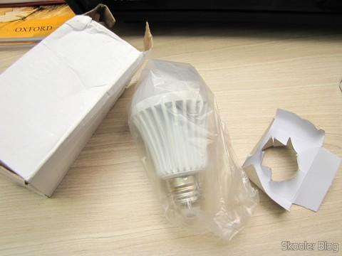 Desembando uma das 3 Lâmpadas de Bulbo Brancas com 9 LEDs 630lm 6500K 9W E27 100~240V AC (E27 9W 6500K 630lm 9-LED White Light Bulb (AC 100~240V))