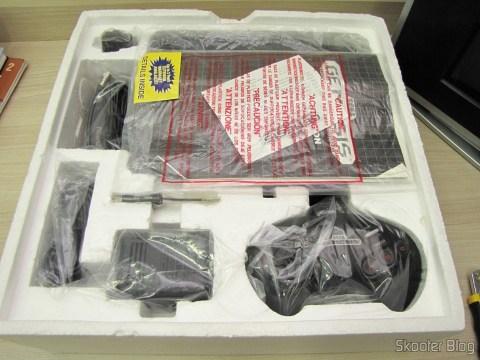 Sega Genesis com seus manuais e acessórios dentro da caixa