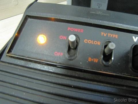 Atari VCS/2600 em funcionamento, o LED âmbar se acende
