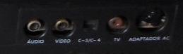 Saídas do Master System da Tec Toy: aúdio e vídeo em plug RCA, fonte em plug DIN