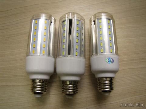As três Lâmpadas LED XYT 10W SMD 42x5630 Brancas 6500K 1000 lúmens E27 85~265V AC (XYT 10W E27 1000lm 6500K 42-5630 SMD LED White Light Lamp - White (AC 85~265V))