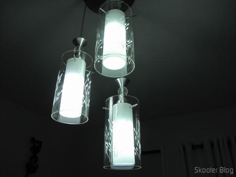 Duas das Lâmpadas LED XYT 10W SMD 42x5630 Brancas 6500K 1000 lúmens E27 85~265V AC (XYT 10W E27 1000lm 6500K 42-5630 SMD LED White Light Lamp - White (AC 85~265V)) e uma lâmpadas CFL de 20W. Você consegue identificar qual é a CFL?