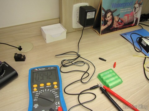 The power supply for Atari 2600 Retro-bit tested on the Meter