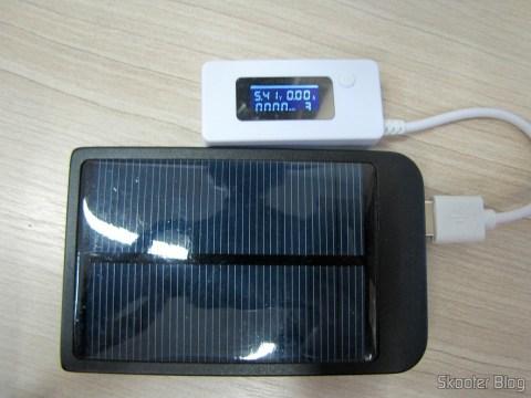 Testador de Tensão, Corrente, Carga e Transmissão de Dados USB com display LCD (LCD Display USB Power Charger Data Transmit Current Voltage Tester + Capacity Tester – White),, em funcionamento
