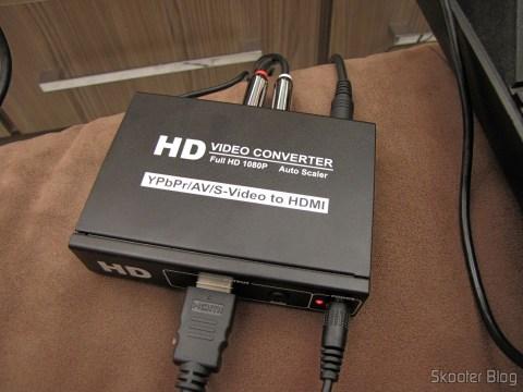 Conversor de Video Componente (YPbPr), S-Video, Video Composto (CVBS) e Áudio Estéreo para HDMI (YPbPr + CVBS + S-video to HDMI Video Converter - Black (100~240V)) em funcionamento