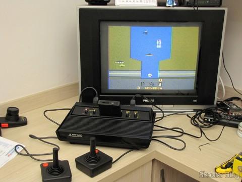 Atari 2600 utilizando o US Universal Deluxe Cable Ready TV Switchbox