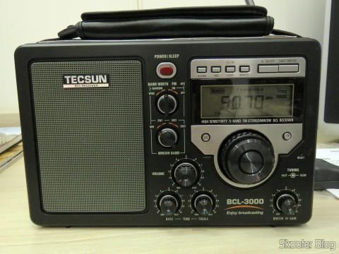 Rádio Tecsun BCL-3000 com Sintonizador Analógico e Display Digital AM/FM/SW Mundial, em funcionamento