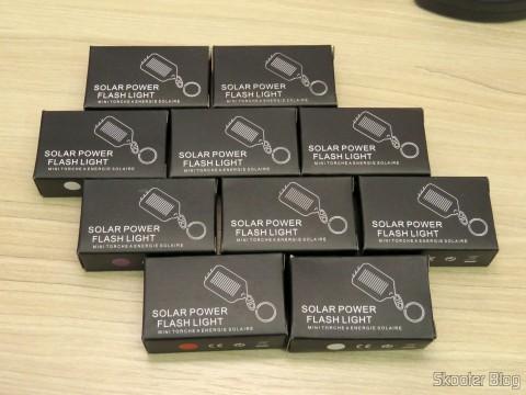 10 Chaveiros com Mini-Lanterna com 3 LEDs Recarregável com Luz Solar, em suas respectivas embalagens