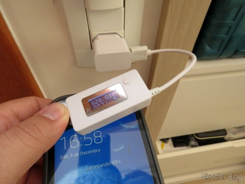 Teste do Carregador c/ Duas Saídas USB para iPhone, iPad, iPod, Samsung Galaxy Tab, etc. com um celular Samsung Galaxy Grand Duos