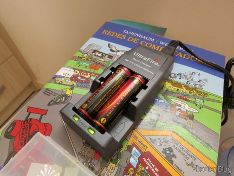 Carregando as baterias para a Lanterna Ultrafire 503B 860 lúmens, 5 Modos, Branca, com Zoom, LED Cree XM-L T6