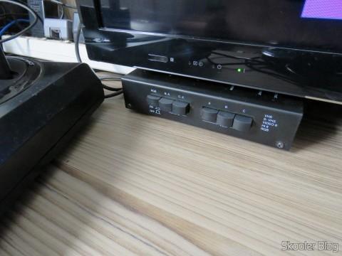 Switch SCART RGB de metal com 3 entradas e 1 saída, em funcionamento