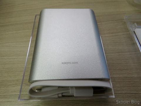 XIAOMI Genuine 10400mAh USB Mobile Power Source Bank w/ 4-LED Indicators - Silver + White em seu estojo acrílico
