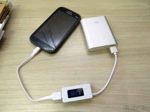 XIAOMI Genuine 10400mAh USB Mobile Power Source Bank w/ 4-LED Indicators - Silver + White carregando celular