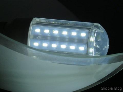 """Lâmpada LED XYT 10W SMD 42×5630 Branca 6500K 1000 lúmens E27 85~265V AC, funcionando após """"reparo"""" com fita crepe"""