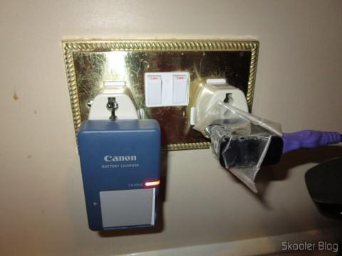 Adaptadores Universais para Tomadas do Reino Unido e Irlanda conectando  o carregador da bateria da minha câmera fotográfica e o carregador do meu celular