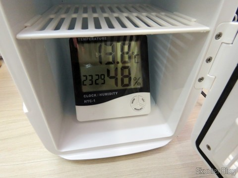 Testing the ability to cool the Mini Fridge Portable 12V or 110V with 4 Liter, Heats and Cools function - Multilaser