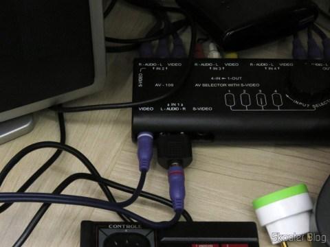 Cabo A/V RCA Duplo Millionwell com 150cm conectado ao Master System II da Tec Toy e ao Chaveador A/V