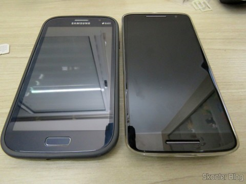 Samsung Galaxy Grand Duos ao lado do Motorola Moto X Play