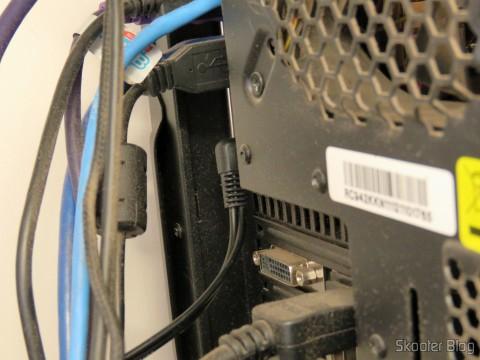 Cabo P2 MXP2 F 5M Gold Tblack conectado à traseira do PC altamente empoeirada