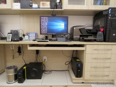 Logitech Z623: subwoofer no chão, do lado esquerdo, longe do PC no canto direito e longe da caixa direita ao lado do PC