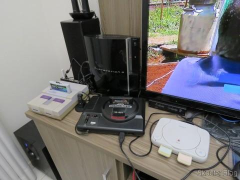 Super Nintendo e Playstation One foram para a parte de cima do rack, ao lado do Mega Drive