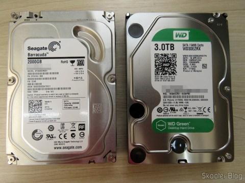 HD Western Digital WD Green 3.0TB WD30EZRX ao lado do Seagate ST2000DM001 que foi aposentado