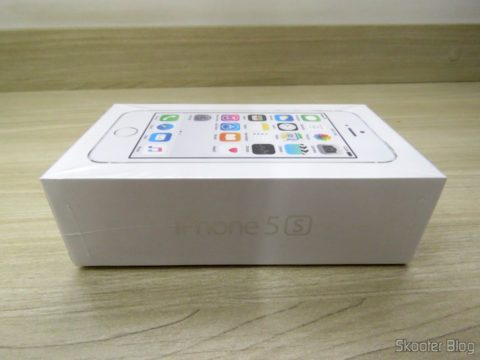 "5S Silver Screen 4 32 GB iPhone"" IOS 8 4G 8MP Camera, on its packaging"