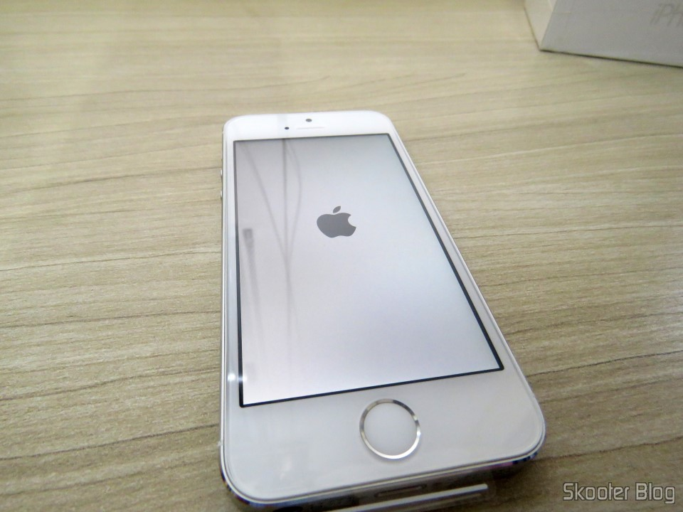 "iPhone 5S 32GB Prata Tela 4"" IOS 8 4G Câmera 8MP- Apple"
