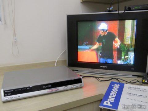 Gravador de DVD de Mesa Panasonic DMR-ES10 ligado à TV e sintonizando o SBT da TV aberta analógica