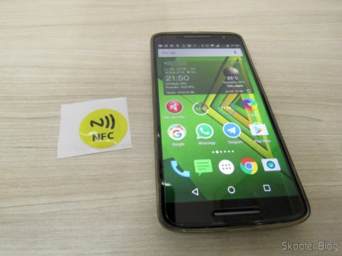 Etiqueta NFC ao lado do Moto X Play