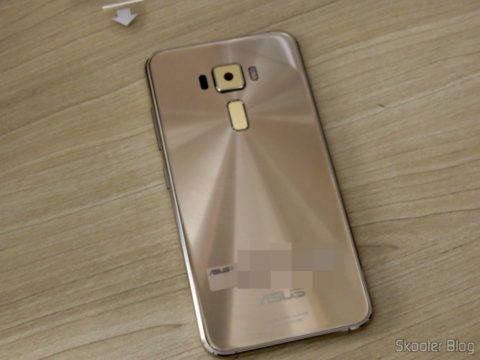 Parte traseira do Smartphone Asus ZenFone 3 32GB Gold Dual Chip 4G