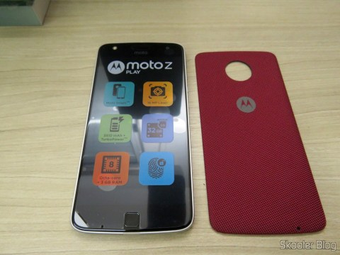 Smartphone Motorola Moto Z Play and accompanying snap style shell