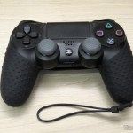 Silicone case with strap for Dualshock 4 installed on the Dualshock 4