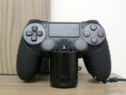 Dualshock 4 with the Silicone case with strap for Dualshock 4, connected to the refill Station Sony officer