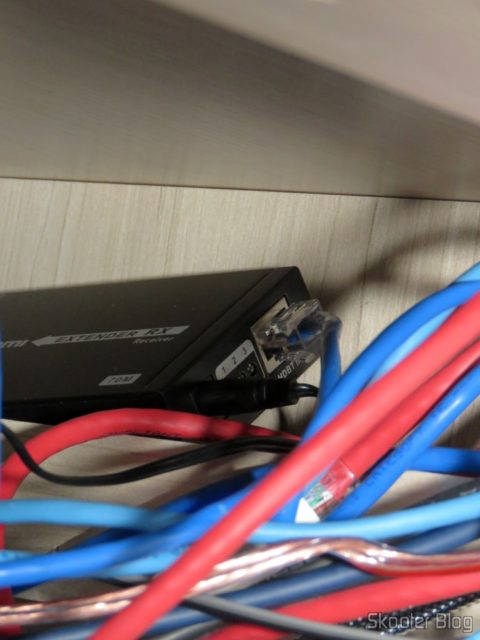 Receptor do 2º Extensor HDMI Lenkeng LKV375 HDBaseT por Par Trançado Único, escondido no armário sob a bancada