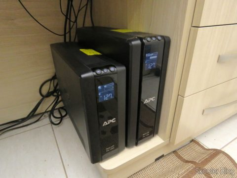Ups APC UPS Backup Pro 1000 (left) with dead batteries