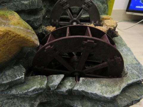 A nova roda d'água, encaixada na fonte